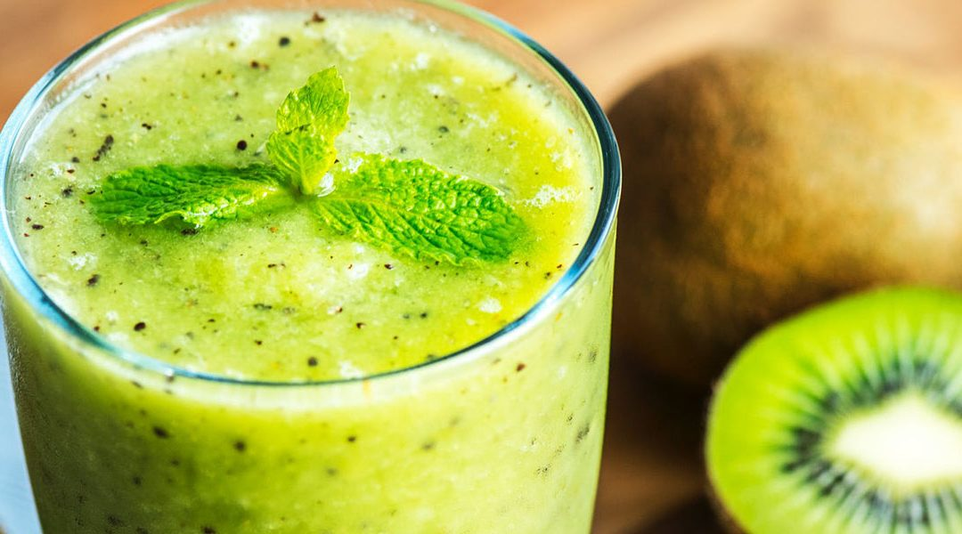 PINEAPPLE, MAQUI BERRY AND KIWI ANTIOXIDANT SMOOTHIE
